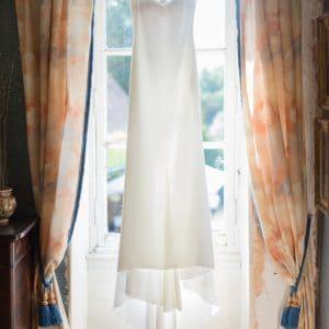 Robe de mariée avec dos brillant dans un château en Normandie