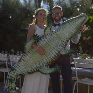 Jeunes mariés cool et décontractés