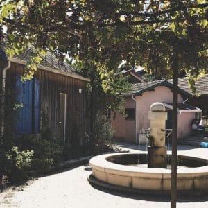 Fontaine dans village de l'Herbe du Cap Ferret