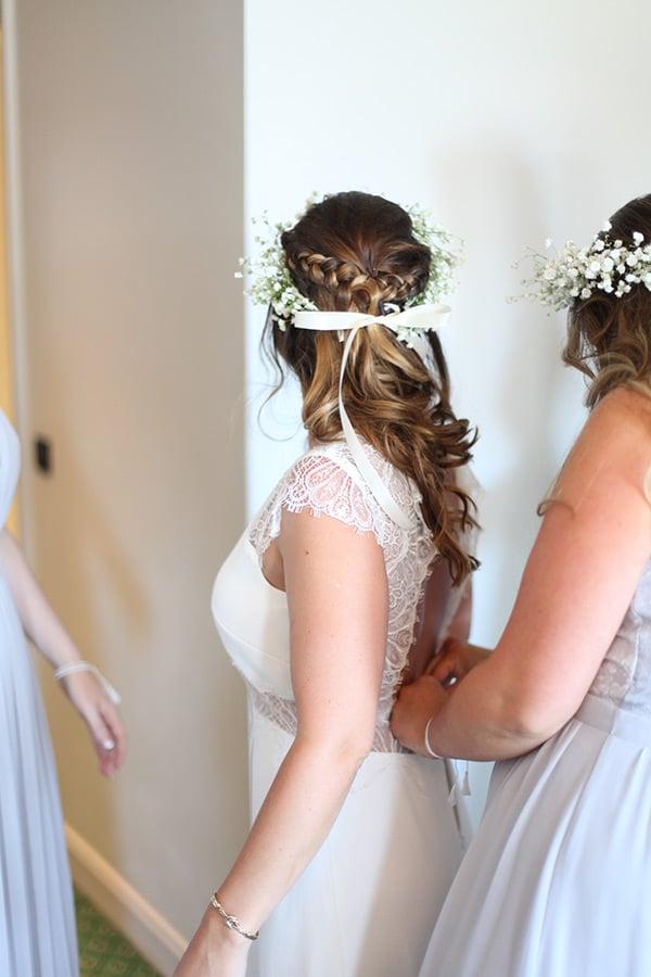 Habillage de la mariée avec ses demoiselles d'honneur