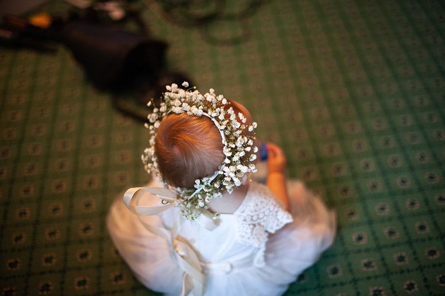 Couronne de fleurs pour un bébé lors d'un mariage